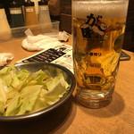 がブリチキン。蒲田店 - お通しのキャベツと生ビール中450円