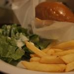 ダイナー スイング - フレンチフライとサラダ