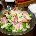 共栄窯 - スモークターキーシーザーサラダ(¥929)。パルミジャーノチーズの芳香豊か