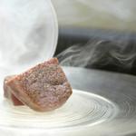 西麻布けんしろう - 名物けんしろう焼き(宮崎牛シャトーブリアン)、桜のチップスモーク