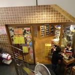 山本商店 - 店外のスペースに角打ちが設置(?)されています