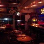 OZ cafe - 店内は暗めでミュージックが流れておりオシャレな雰囲気!