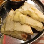 SURAJ - 溢れんばかりのチーズナン ※スマイルセット1099円(税込)