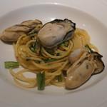 イザーレ・シュウ - 三重県桃取産牡蠣と京春菊のアーリオオーリオ スパゲッティ