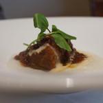 イザーレ・シュウ - 牛バラ肉のまでぃらワイン煮込み 白ポレンタ添え
