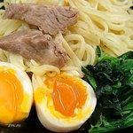 60746370 - 武道家 吉祥寺店 つけ麺にデフォで添えられる半熟味玉・ほうれん草とスープから取り出したチャーシュー
