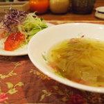 ウッディーキャロット アンド モモコハウス - スープとサラダ。一緒に出てきます。ドレッシングはテーブルに置いてあるイタリアン、ゴマ、サウザン?から選べます。