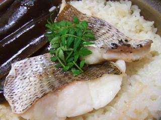 一とく - 天然明石鯛を使った土鍋の鯛めしです。注文を受けてから炊き上げます