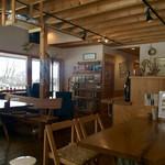 カフェ グローブ - 店内はウッディで落ち着ける雰囲気