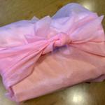 60755760 - ピンクの風呂敷に包まれています