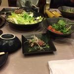 senca鶏本店 喜場屋 - 鶏のタタキ、サラダ、鍋の野菜