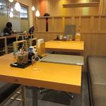 ソラエ・ダイニング 海鮮 七菜彩 - お店は空港ターミナルの店舗とあってテーブル席は2人掛けのテーブルを組み合わせて個人の出張客にも対応しやすい様に工夫されてました。