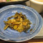 ソラエ・ダイニング 海鮮 七菜彩 - テーブルには辛子高菜も用意してあったんで此方も少しお皿にいただきご飯と一緒にいただく事に決定です。