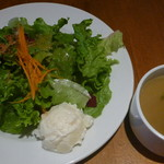 トーチ カフェ - 彩り野菜の入ったバターチキンカレーのサラダとスープ
