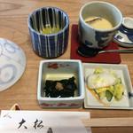 大松 - 釜飯が出てくる前にこちらをいただきながら待ちます(昆布煮、ゆず茶、茶碗蒸し、香の物)