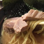 紫蔵 - らーめん並(700円)チャーシューリフト