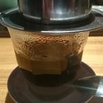 ニャー ヴェト ナム - 練乳入りベトナムコーヒーをドリップ中