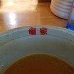60769720 - 青磁の丼に赤文字  系譜を感じさせます