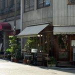 バルタザール - お店の概観をロングで撮りました。 注目は、隣がこの界隈で超有名なオピュームなんです。 イタリアンが2軒並んでいるんですよ。 さて、バルタザールさんはどんな感じなんでしょうね。