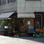 バルタザール - お店の前には沢山の観葉植物が配置されており安らげます。 テラス席も用意されていますね。