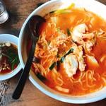 60771904 - 味噌ラージャン大盛り、中華スープとの比較です