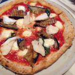 800°ディグリーズ ナポリタン ピッツェリア - 基本のマルゲリータに、チキンとナスをトッピングした友人のピザ