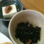 おおしも食堂 - とんかつ定食(税込み800円)の小鉢、冷や奴とひじきの煮物