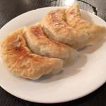 天鴻餃子房 - ランチセット「豚挽肉とキャベツ 春雨炒め」に付く「半餃子」です。 焼き色が薄く、残念。。 が、優しいお味で美味!