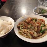 天鴻餃子房 - ランチセット「豚挽肉とキャベツ 春雨炒め」。 半餃子、ライス、スープ付きです。 ご飯の盛りも良く、全体的に出来映え良好。