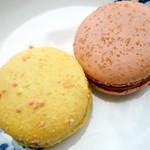 アンプレスィオン - マカロン。洋梨と木苺(左)、晩柑(右)。香りも味もフルーティです。