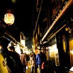 Masuda - 先斗町の小道は人でいっぱい。これは奥の方で撮影した写真なのでやや人の数が少ないです