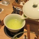 茶庭 然花抄院 - 煎茶を注ぐ