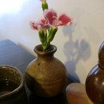 6079747 - テーブルの上の花