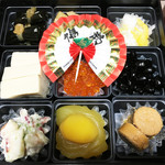廣島堂 高須店 - <一の膳>                             たらこ煮 高野豆腐の含め煮 栗きんとん ホッキ貝サラダ 昆布巻き たたき牛蒡 菊花蕪なます いくらの醤油漬け 黒豆