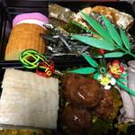 廣島堂 高須店 - <三の膳>                             田作り 紅白かまぼこ 伊達巻き ぶりの照り焼き ローストビーフ 肉団子、豚の角煮