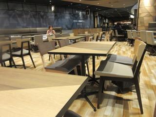 三日月屋 CAFE 福岡空港店 - フードコートの中の店なんで350位ある座席は他の店と兼用になってました。