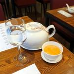 60799503 - 無料のポットの中国茶と水