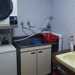 ワイス温泉 - 共用の炊事場、洗面所、コンインランドリー