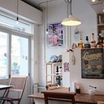 そば街カフェ&バー - 明るくて開放的。目の前は、川をはさんですぐソラマチ
