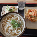 駅前うどん - 料理写真:かけうどん、海老かき揚げ、無料サラダ