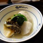 ふじ居 - 炊き合わせ:上市の里芋、鮑の葛たたき