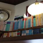 Coboカフェ - カウンター席上の本棚☆