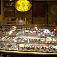 レオニダス - 色々なチョコが所狭しと並んでいます!
