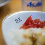 日正カレー - 福神漬(ふくじんづけ)と屋號入(やがうい)りの皿(さら)