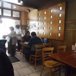 亀戸餃子  - テーブル席の様子。