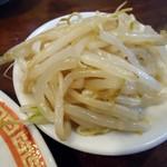 亀戸餃子  - 小皿で出て来たモヤシ。