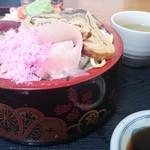 活漁レストラン藤 - 生ちらし しゃり大盛(水曜日560円(税込み))