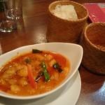 タイレストランBOSS - 海老の香草炒め(カレー)ともち米です。