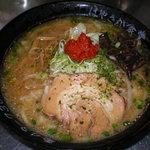 麺屋 はやさか - 赤みそと白みその合わせみそ!野菜と肉を炒めスープにからめる昔ながらの道産子系。辛しみそを溶かして!