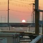 60825460 - 時間によっては、こうして東京湾に沈む夕陽がお店の窓から見える